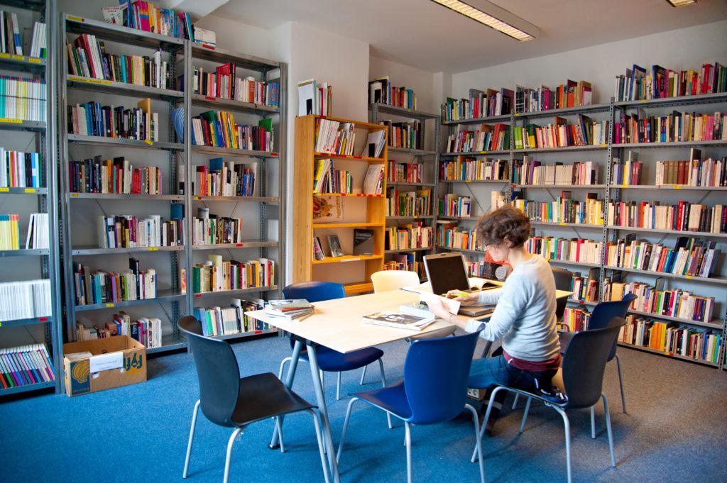 Bibliothek Queeres Archiv Arbeitsbereich