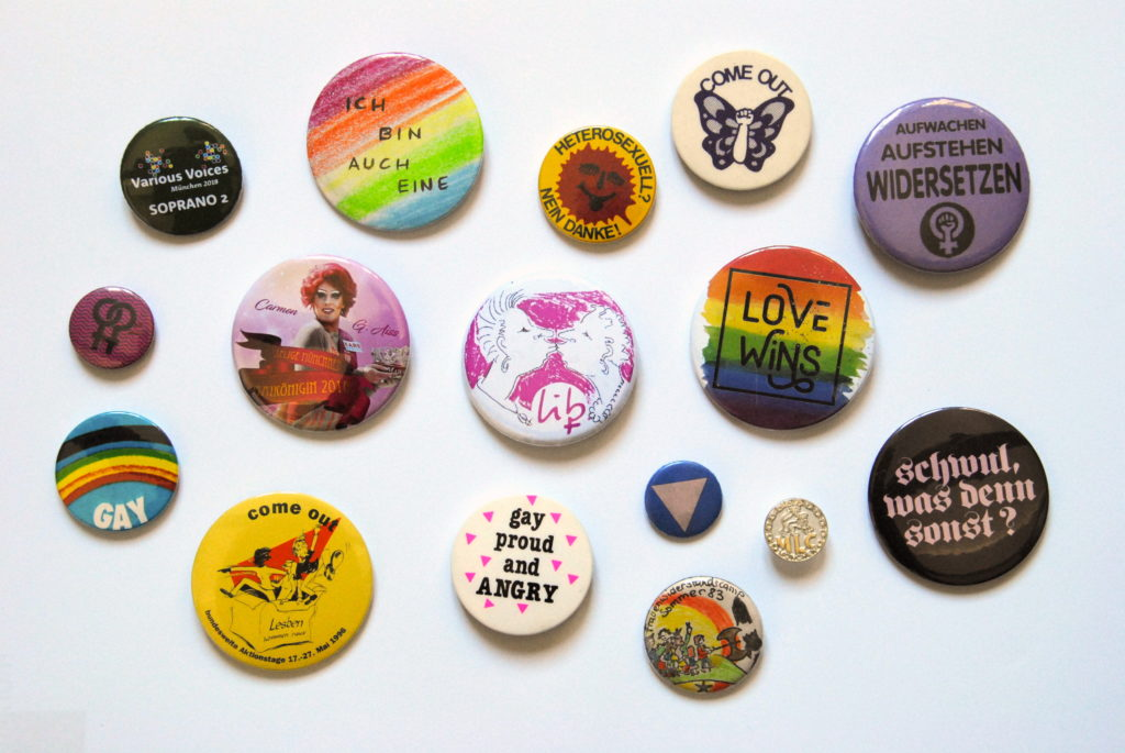 Buttons mit lesbischen und schwulen Inhalten aus unserem queeren Archiv